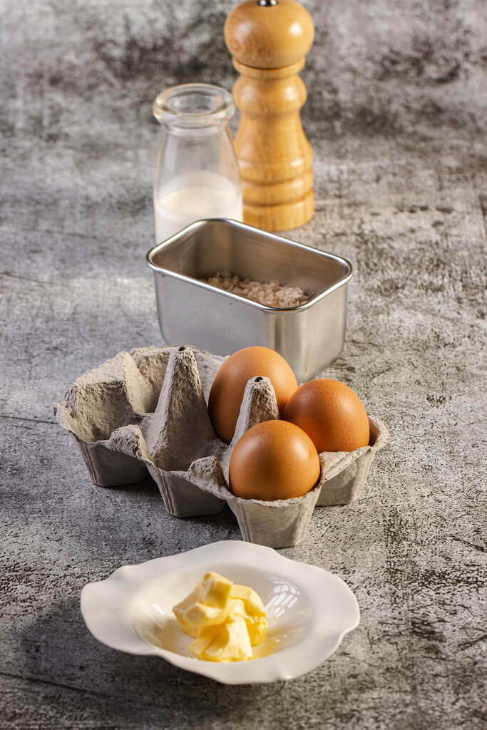 Scrambled eggs, churros, μπέικον, τσένταρ
