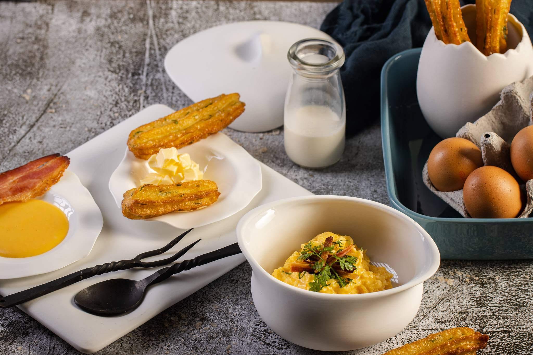 Scrambled eggs με αλμυρά churros, μπέικον και σάλτσα τσένταρ_1